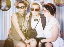 Företaget av unga hipsters har fritid för roligt hus Arkivbild