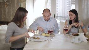 Företaget av vänner eller arbetskollegor som har lunch i restaurangen stock video