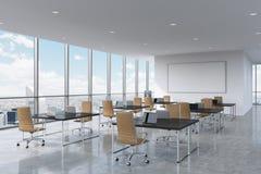Företags arbetsplatser som utrustas av moderna bärbara datorer i ett modernt panorama- kontor i New York City Bruna läderstolar o Royaltyfri Bild