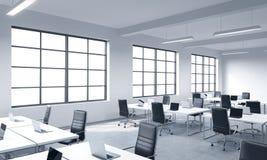 Företags arbetsplatser som utrustas av moderna bärbara datorer i ett modernt panorama- kontor med vita fönster Svarta läderstolar stock illustrationer