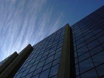 Företags Cloudscape reflekterade i kommersiell kontorsbyggnad i Winnipeg Kanada royaltyfria foton