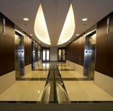 Företags hissar för byggnadshallinre   Royaltyfria Foton