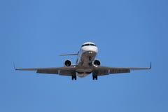 Företags Jet Approaching för att landa arkivfoton