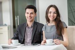 Företags kaffeavbrott! Unga businesspeople som sitter på tablen Royaltyfria Bilder