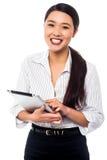 Företags kvinna som bläddrar på minnestavlaPC Royaltyfri Foto