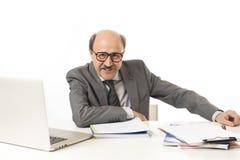 Företags stående av den skalliga lyckliga affärsmannen för 60-tal som ler confid Royaltyfria Bilder