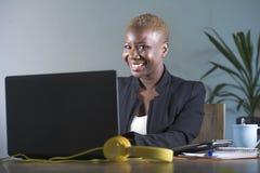 Företags stående av den unga lyckliga och lyckade svarta afro amerikanska affärskvinnan som arbetar på det moderna kontoret som l Royaltyfri Bild