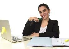 Företags stående av ungt härligt latinamerikanskt arbeta för kvinna som är lyckligt och som är avkopplat på bärbar datorkontoret Royaltyfri Bild