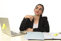 Företags stående av ungt härligt latinamerikanskt arbeta för kvinna som är lyckligt och som är avkopplat på bärbar datorkontoret Royaltyfri Fotografi