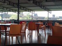 Företagskafeteria med många tomma platser och tabeller Royaltyfria Bilder