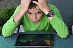 Förfärad tonåringpojke Arkivfoton