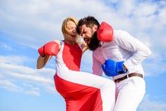 Förfölja kursen av själven - försvar Attack är bästa försvar Försvara din åsikt i konfrontation Man- och kvinnakampboxning arkivbild