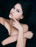Förförisk attraktiv kvinna med en sensuell blick Arkivfoto