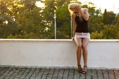 Förförisk blondin i parkera Royaltyfri Foto