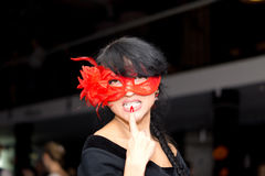 Förförisk brunettkvinna som bär en Venetian maskering royaltyfria bilder