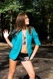 Förförisk flicka som poserar i skog Fotografering för Bildbyråer