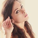 Förförisk härlig kvinnaframsida med naturlig makeup Royaltyfri Foto