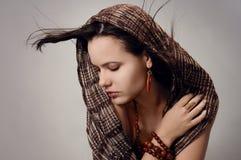 förförisk kvinna för scarf Royaltyfri Foto
