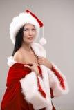 Förförisk kvinna i den Santa klänningen Arkivfoton