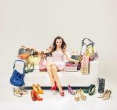 Förförisk kvinna på soffan mycket av shopping Royaltyfria Foton