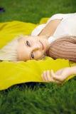 Förförisk kvinna som ligger på filten Arkivfoton