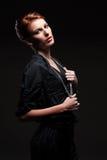Förförisk kvinnlig i svart posera för skjorta Fotografering för Bildbyråer