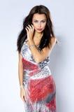 Förförisk lång hårkvinna i sexig klänning Royaltyfria Bilder