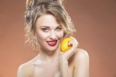 Förförisk sexig Caucasian blond flicka med citronen Fotografering för Bildbyråer