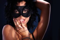 Förförisk stående av kvinnan i maskerad Arkivfoton