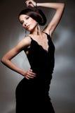 förförisk svart klänningkvinna Arkivbild