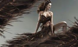 Förförisk ung brunett bland hårstormen Royaltyfria Foton