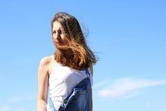 Förförisk ung kvinna på en blåsig dag Fotografering för Bildbyråer