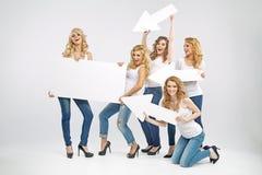 Förföriska kvinnor som främjar försäljningen Fotografering för Bildbyråer