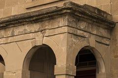 Förfalla byggnad och bågar Arkivbilder