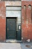 Förfalla den stads- dörren Royaltyfria Bilder
