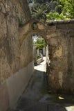 Förfalla, forntida sten och murbrukvägg längs en fot- gångbana i Positano, Italien Arkivfoton
