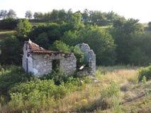Förfalla huset i natur Royaltyfri Foto