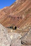 F?rfallen drevtunnel p? den aregentineAnderna bergskedjan arkivfoton