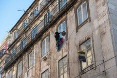 Förfallen klassisk byggnad med uttorkningtvätterit och till salu si Fotografering för Bildbyråer
