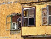Förfallen och skum klostervägg i fönstren för avsnitt tre royaltyfri fotografi