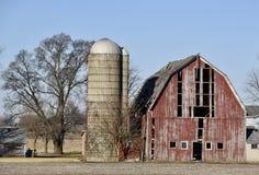Förfallen röd ladugård Arkivfoto