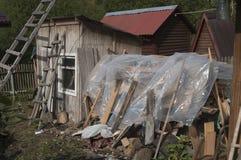 Förfallen struktur i en by royaltyfri bild