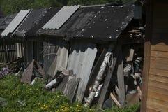 Förfallen struktur i en by royaltyfria foton