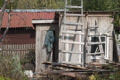 Förfallen struktur i en by arkivbild