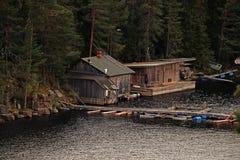 Förfallen träkoja på sjön royaltyfri fotografi