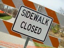 förfallen trottoar för stängd konstruktion till arkivfoto