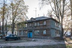 Förfallet hus på Bogdanka Cheboksary, Chuvashrepublik Hus för två våning för rivningen Rassel? nny hus Tomt hous Arkivbilder