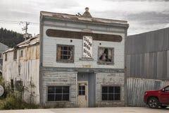 Förfallet tidigare hotell i Dawson City Arkivbilder