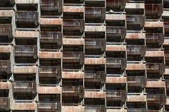 Förfallna balkonger för galler av de standarda rummen av det gamla oavslutade hotellet Fotografering för Bildbyråer