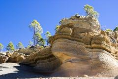 Förfallna härliga red ut sandiga lager vaggar att rida ut är på att fotvandra slingan till det mån- landskapet kanariefågelöar te Arkivfoto